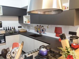 Cucina con pannello personalizzato