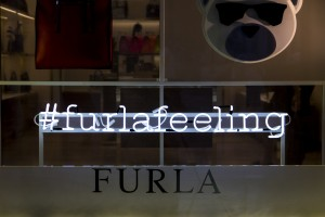 Dettaglio neon allestimento vetrine Furla Uomo - Duomo Milano